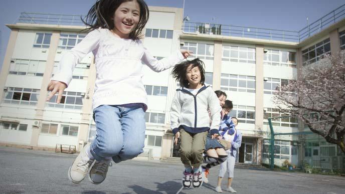 縄跳びをしている女の子たち