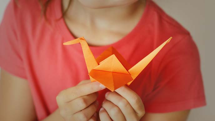折り鶴を持つ女の子