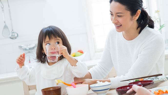 朝食をとる母親と娘