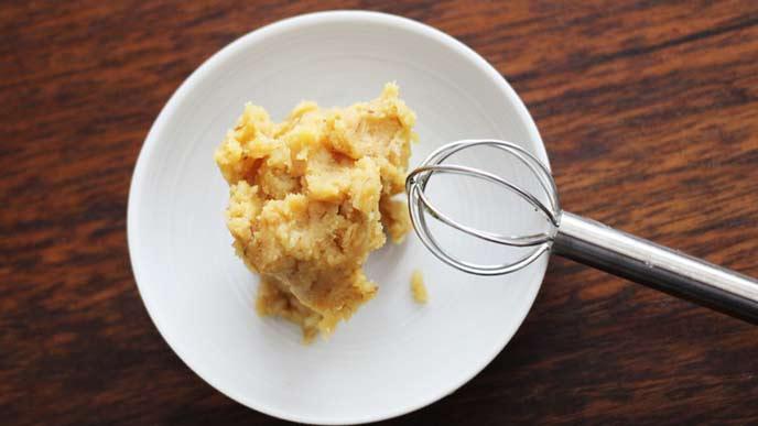 小皿に盛られた味噌