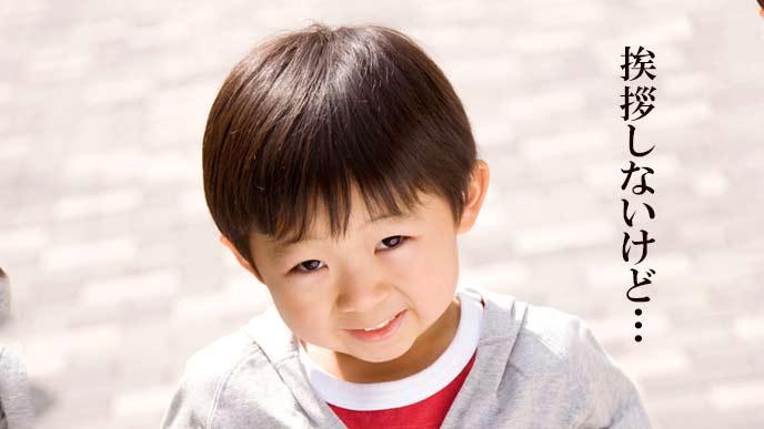 笑顔で見つめる子供