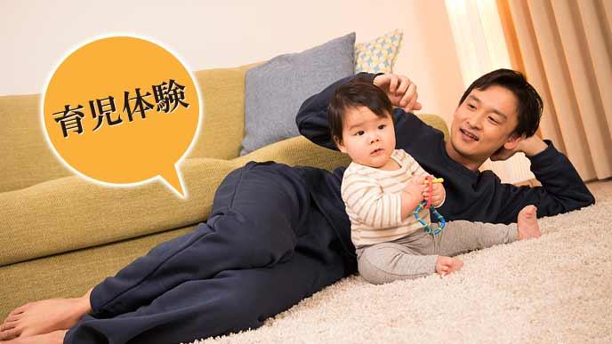 赤ちゃんの傍で見守るパパ