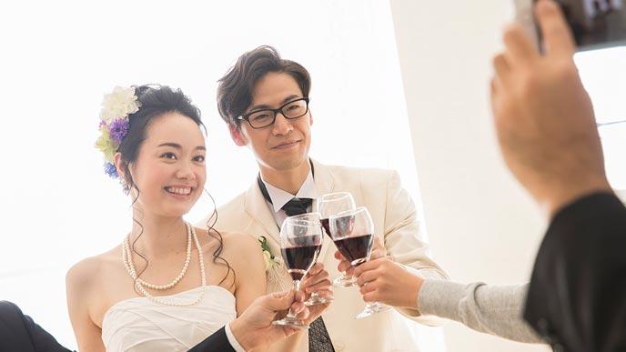 披露宴で乾杯する夫婦