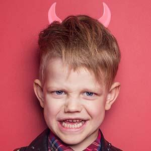 デビルの扮装をした第一次反抗期の少年