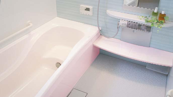 ピンクのバスタブを持った浴室