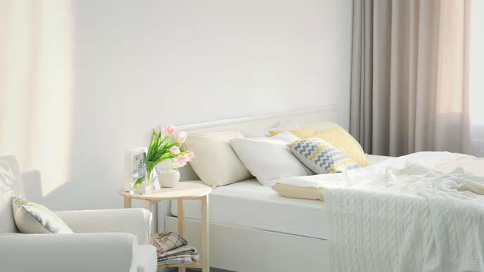 部屋も寝具も白い寝室