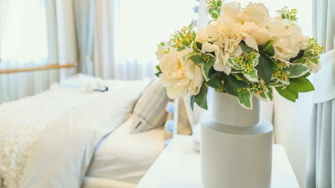 ベッドルームに飾られた花
