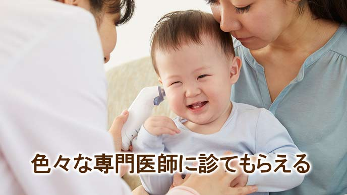専門医に耳を検査される赤ちゃん