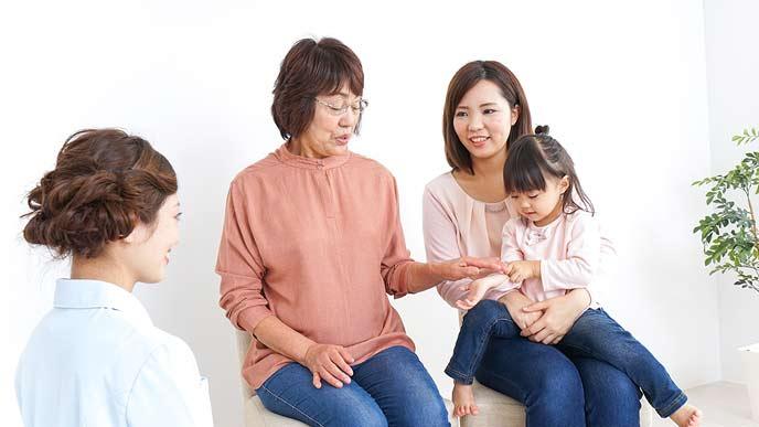 円の嘱託医と話す母子