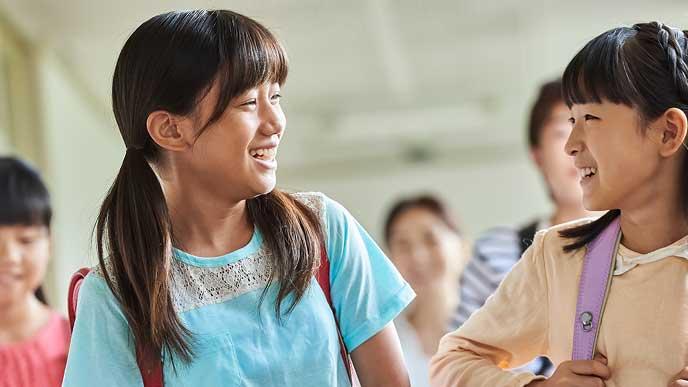 友達と話す小学生の女の子