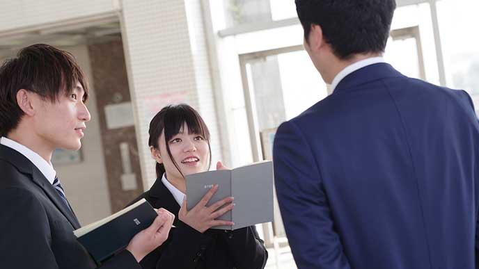 就職活動で大学職員に相談する学生