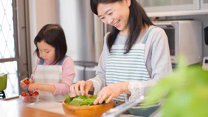 サラダを作る親子