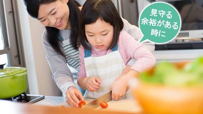 子供に包丁の使い方を教える母親