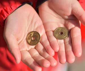 子供の手のひらに5円玉