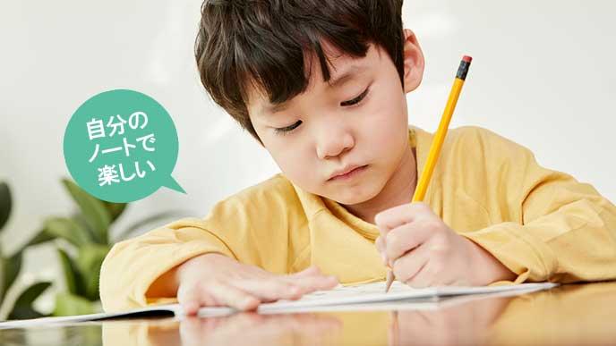 お小遣い帳に記入する子供