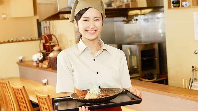 飲食店で働くパート女性
