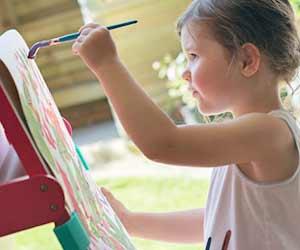 筆を持って絵を描く幼児