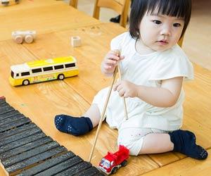 木琴の玩具で遊ぶ幼児
