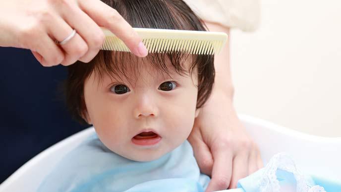 自宅で散髪する子供