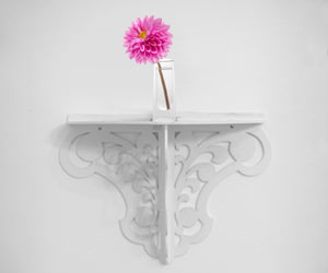 ウォールシェルフの上に一輪挿しの花瓶