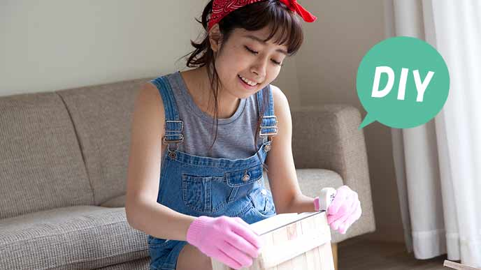 DIYに挑戦する女性