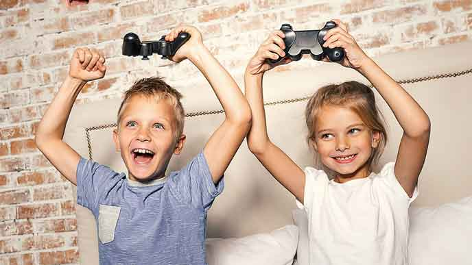友達と一緒にゲームをして盛り上がる子供達