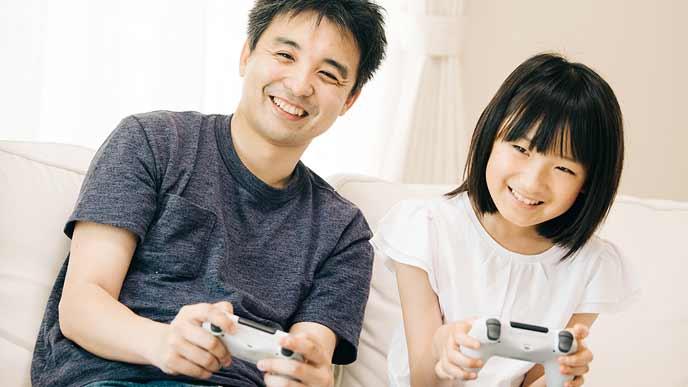 親子でゲームをする