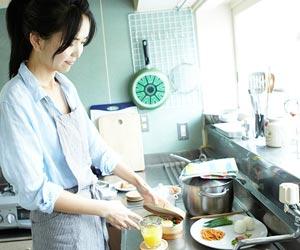 台所でお弁当を作る主婦