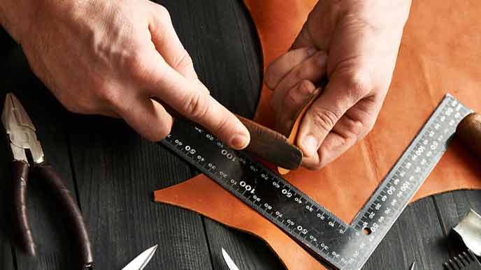 革製品を手作りする職人の手