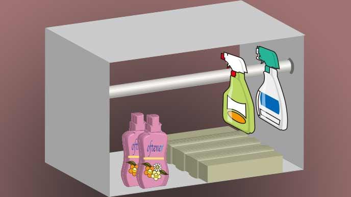 スプレー式の洗剤は突っ張り棒に掛けて収納