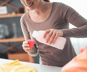 洗濯の前に洗剤で汚れを落とす準備をする女性