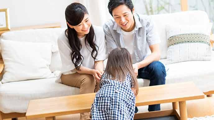 子供に話しかける両親
