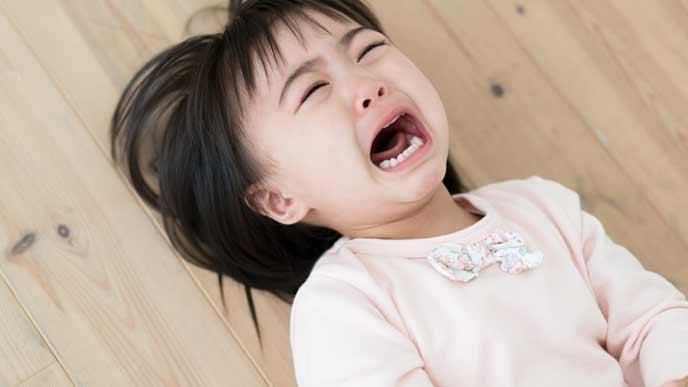 床で泣く三歳児