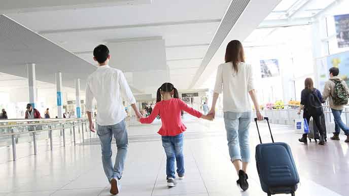 空港内を移動する家族