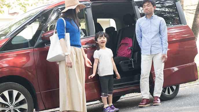 車で旅行中の家族