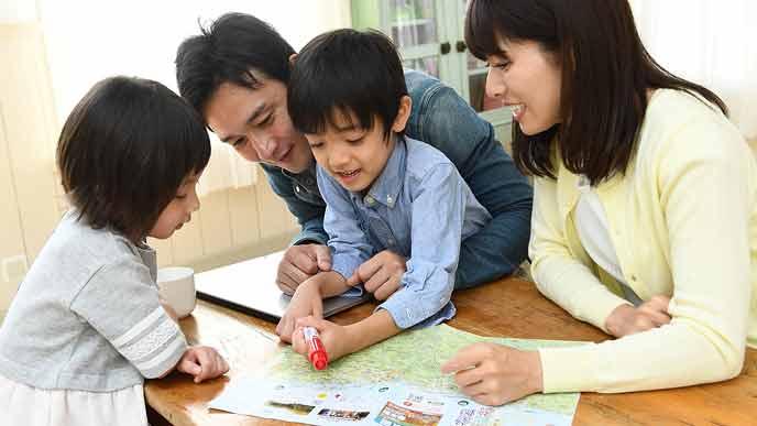 旅行の計画を立てる家族