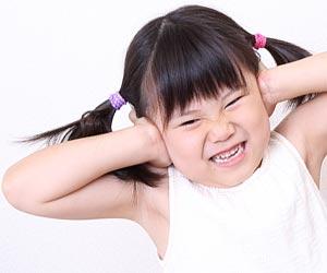 耳を塞ぐ女の子