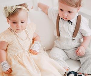 ドレスで正装した子供