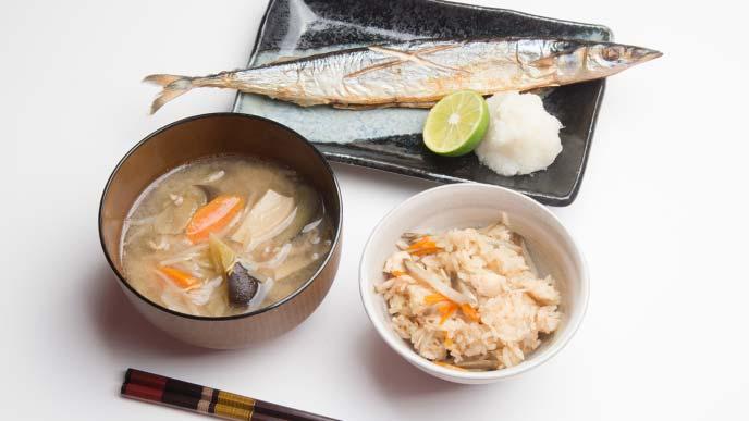 炊き込みご飯とさんまの塩焼きと味噌汁