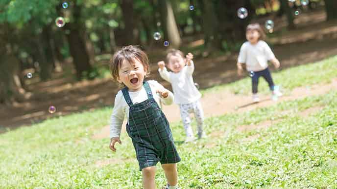 シャボン玉を追いかける幼児