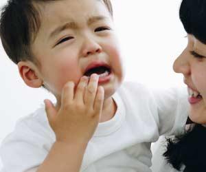 泣いて抵抗する子供