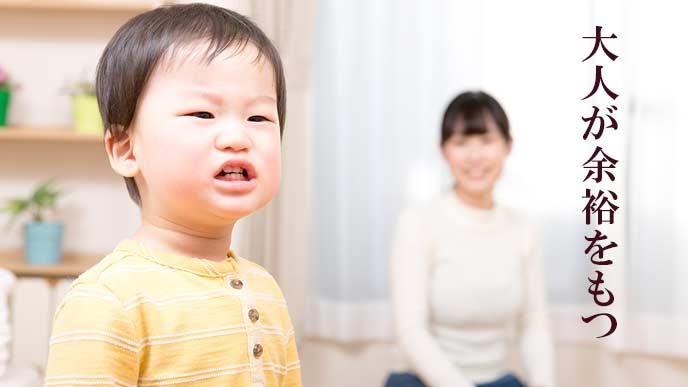 子供の様子を覗う母親