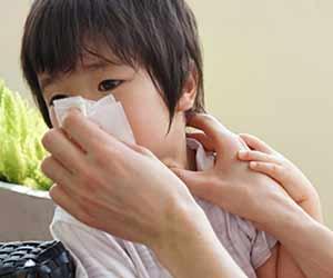 親に口を拭かれる幼児