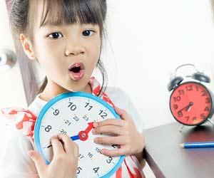 時計の玩具を持つ幼児