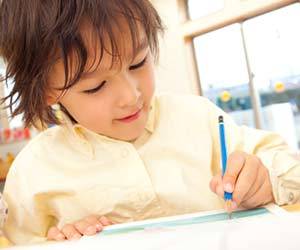 ドリルで勉強する幼児
