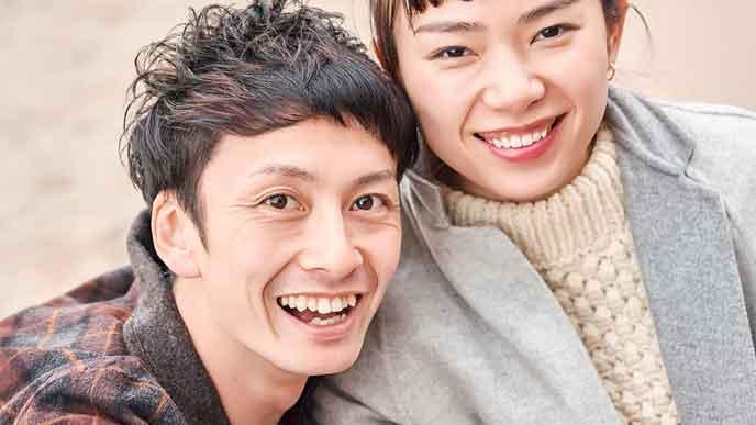 笑顔で並ぶ夫婦