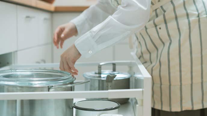 台所の引き出しに入れた鍋類