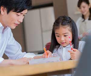 親と一緒に勉強する子供