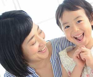 子供と一緒に喜ぶ母親