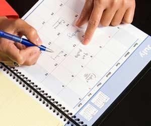 カレンダーにメモを書く手
